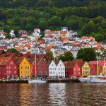 Pequena cidade costeira na Noruega